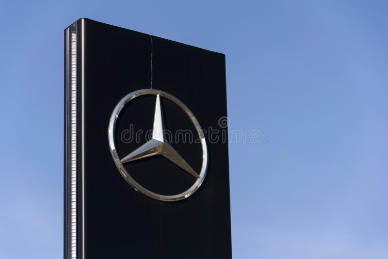 Logo dell'automobile di Mercedes-Benz sulla gestione commerciale che costruisce il 25 febbraio 2017 a Praga, repubblica Ceca fotografia stock