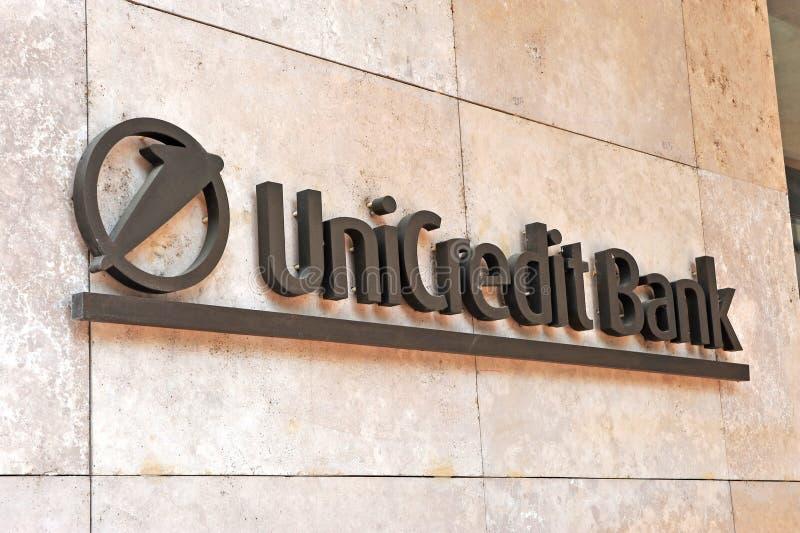 Logo della banca di Unicredit sulla parete immagine stock