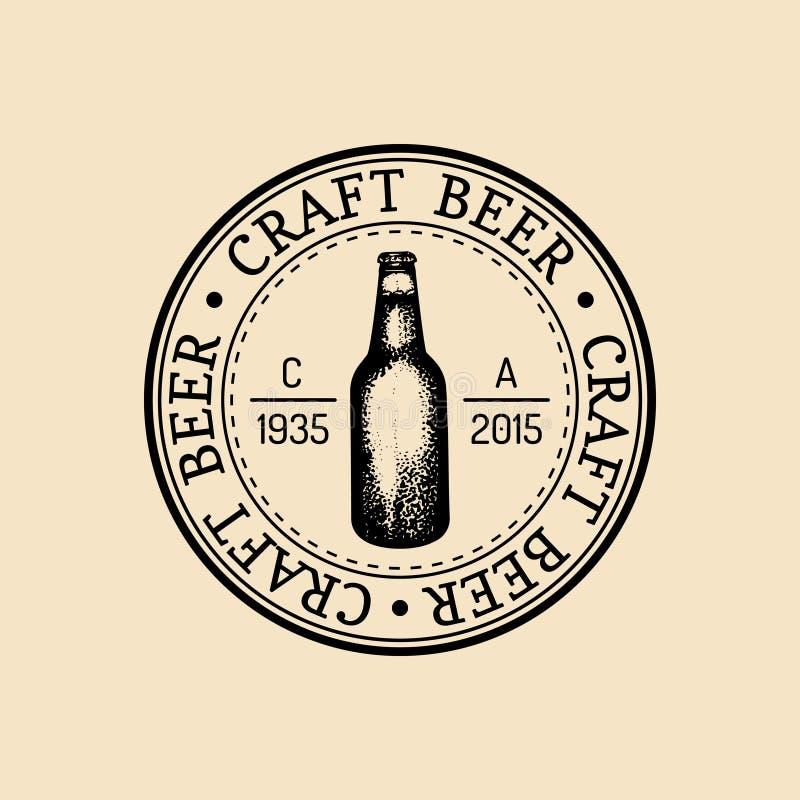 Logo della bottiglia di birra di Kraft Retro segno della lager La mano ha schizzato l'illustrazione della birra inglese Etichetta illustrazione di stock