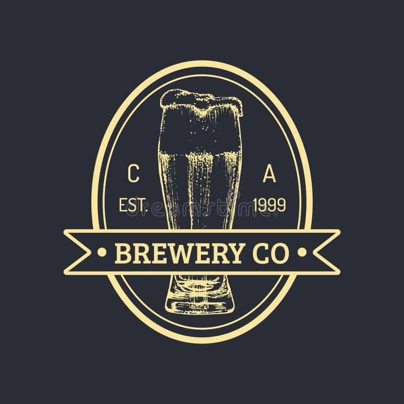 Logo della bottiglia di birra di Kraft Retro segno della lager La mano ha schizzato l'illustrazione della birra inglese Etichetta royalty illustrazione gratis
