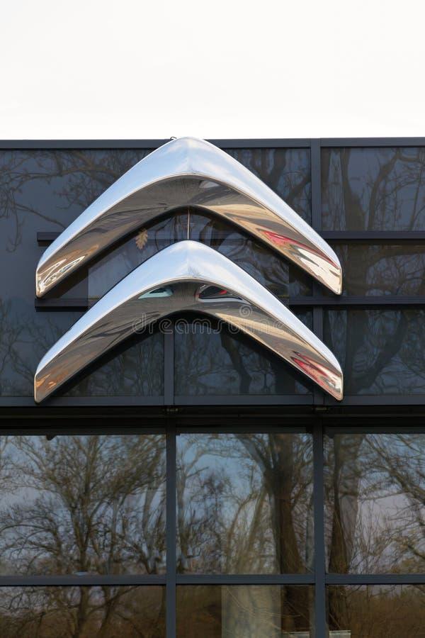 Logo della società di automobile di Citroen davanti alla costruzione di gestione commerciale fotografia stock libera da diritti