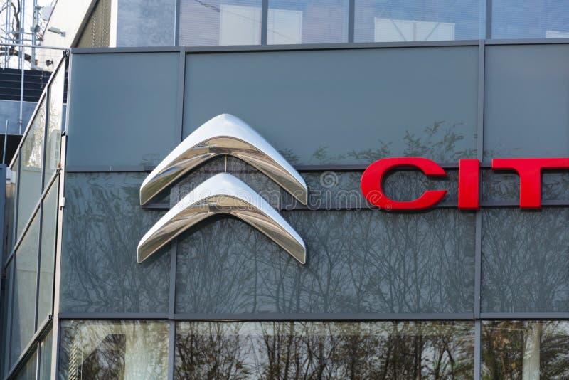 Logo della società di automobile di Citroen davanti alla costruzione di gestione commerciale immagini stock