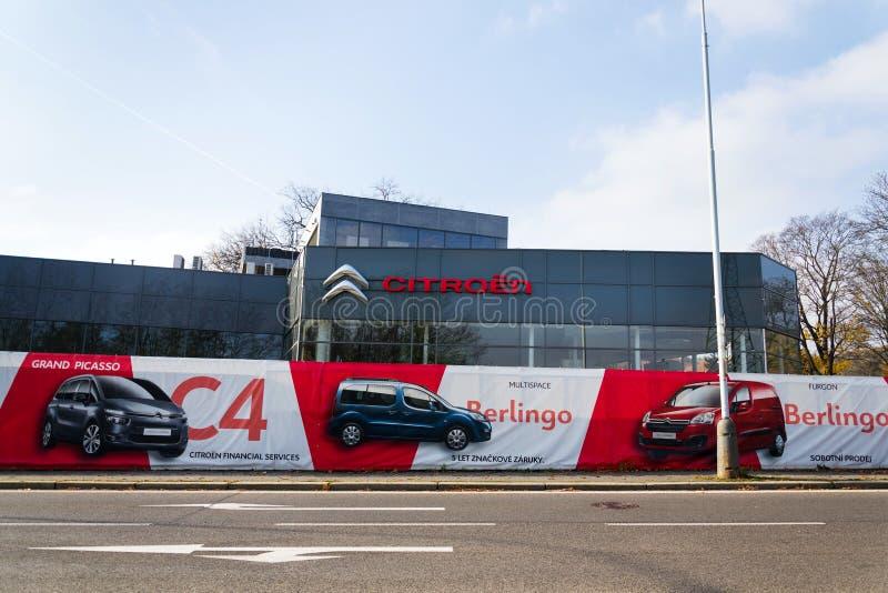 Logo della società di automobile di Citroen davanti alla costruzione di gestione commerciale fotografie stock