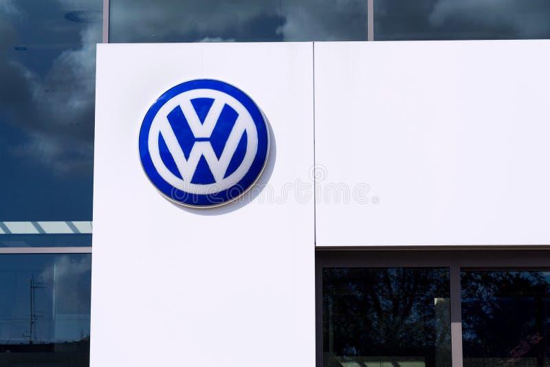 Logo della societ? di Volkswagen sulla costruzione di gestione commerciale immagini stock libere da diritti