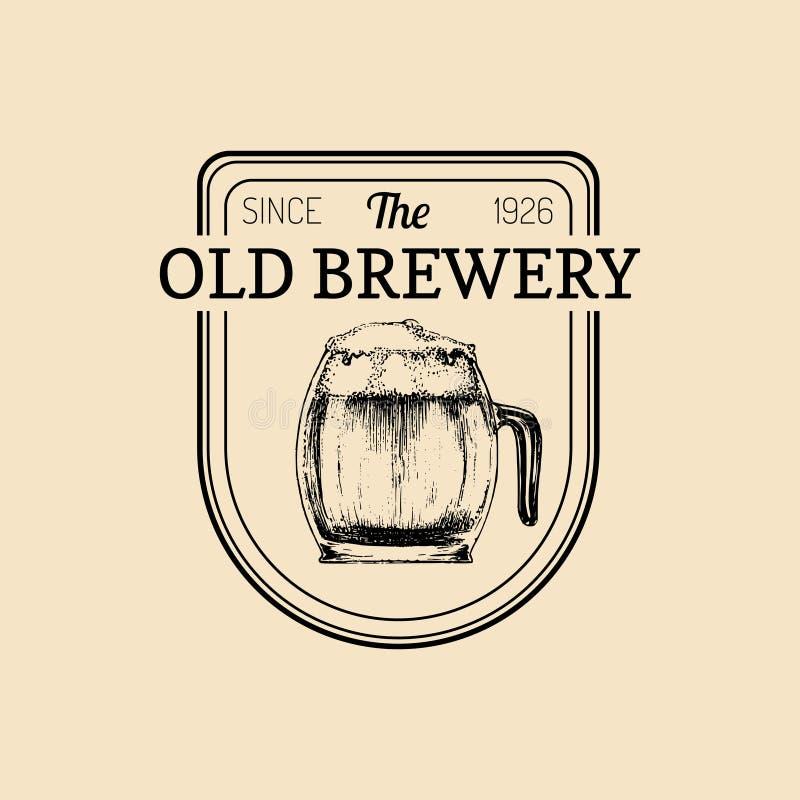 Logo della tazza di birra di Kraft Segno della tazza della lager retro La mano ha schizzato l'illustrazione di vetro della birra  illustrazione di stock