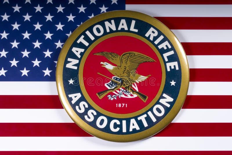Logo der Nationalen Schusswaffenvereinigung und US-Flagge lizenzfreie stockfotografie