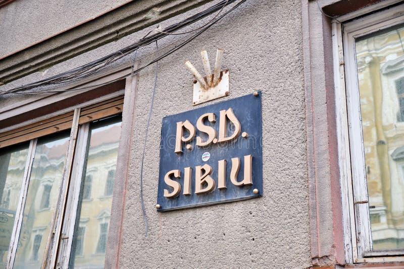 Logo der Sozialdemokratischen Parteies PSD/Partidul Sozial-Demokrat auf ihrem ehemaligen Standort in Sibiu Leere Flaggenhalter ob stockfotografie