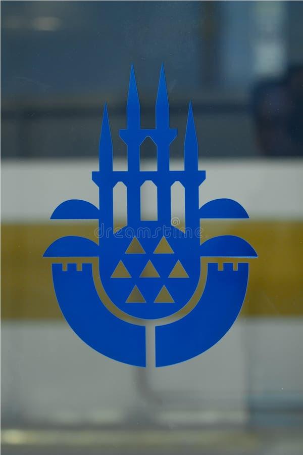 Logo des größeren Stadtbezirkes von Istanbul auf einer Glasplatte an einer Metrostation stockbilder