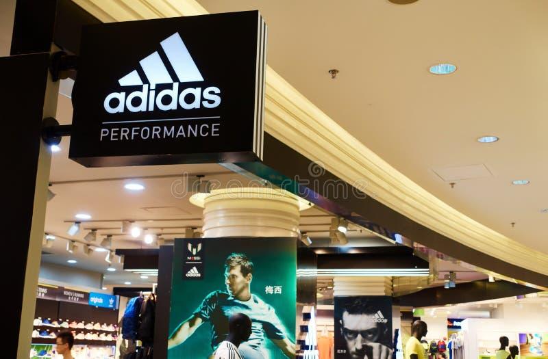 Logo di Adidas e deposito di adidas fotografia stock libera da diritti