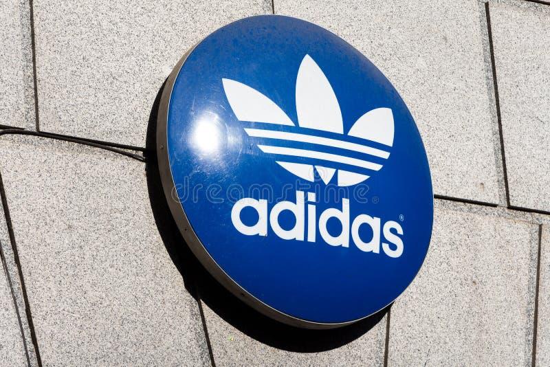 Logo di Adidas sul deposito di Adidas fotografia stock libera da diritti