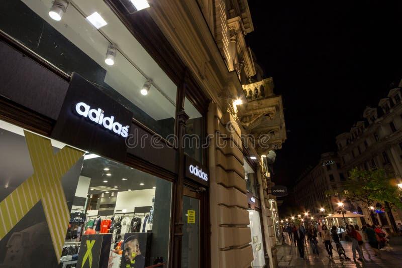 Logo di Adidas sul loro magazzino principale per Belgrado Adidas è una marca tedesca degli abiti sportivi, il più grande in Europ fotografia stock libera da diritti
