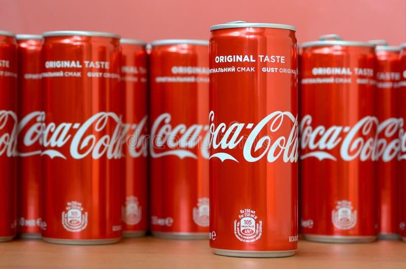 Logo di Coca-Cola stampato sulle latte di alluminio e disposto sulla tavola del centro commerciale fotografie stock libere da diritti