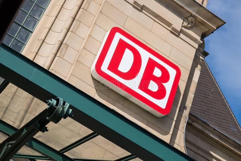 Logo di DB alla stazione principale di Coblenza fotografia stock libera da diritti