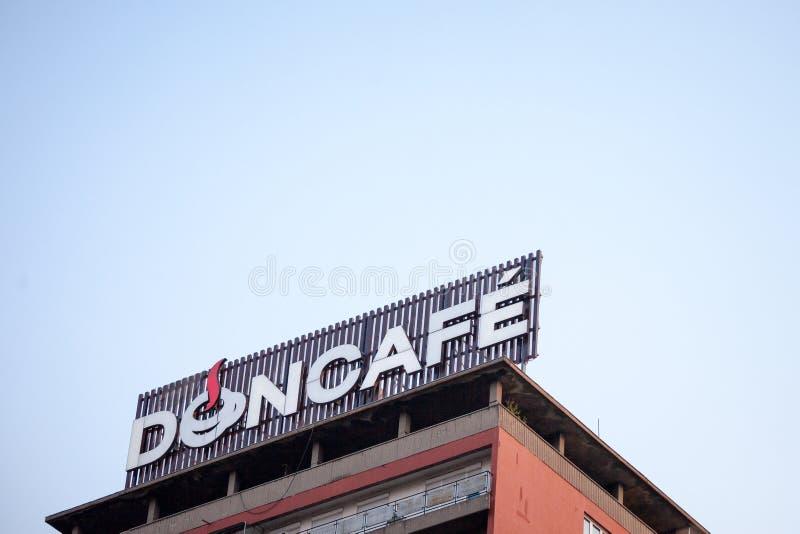 Logo di Doncafe davanti al loro ufficio principale a Belgrado appartenendo al gruppo di elite di Strauss, è uno dei produttori pr fotografia stock libera da diritti