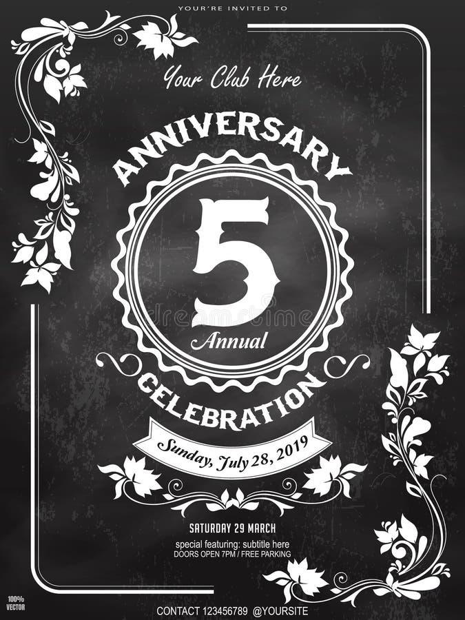 logo di 5esimo anniversario &pattern con l'ornamento floreale, la corona geometrica ed il nastro su una lavagna Fondo d'annata di immagine stock