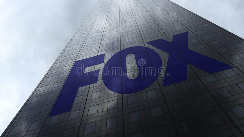 Logo di Fox Broadcasting Company sulle nuvole di riflessione di una facciata del grattacielo Rappresentazione editoriale 3D fotografia stock