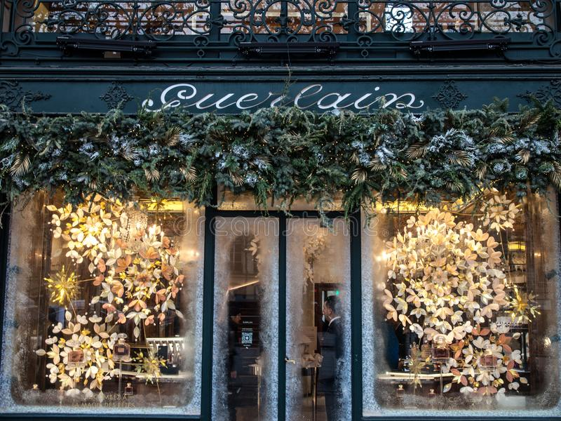 Logo di Guerlain sul loro boutique su Champs-Elysees Guerlain è una casa francese specializzata in frangrances di lusso, profumi immagine stock libera da diritti