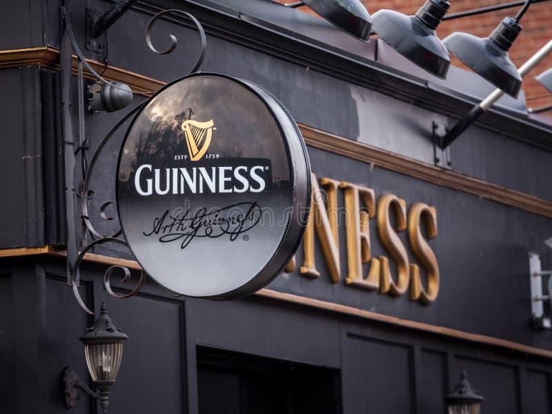 Logo di Guinness su un pub locale in Ottawa, Ontario immagini stock libere da diritti