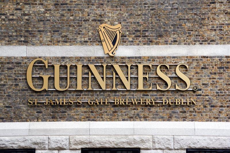 Logo di Guinness sul suo deposito a Dublino immagine stock libera da diritti