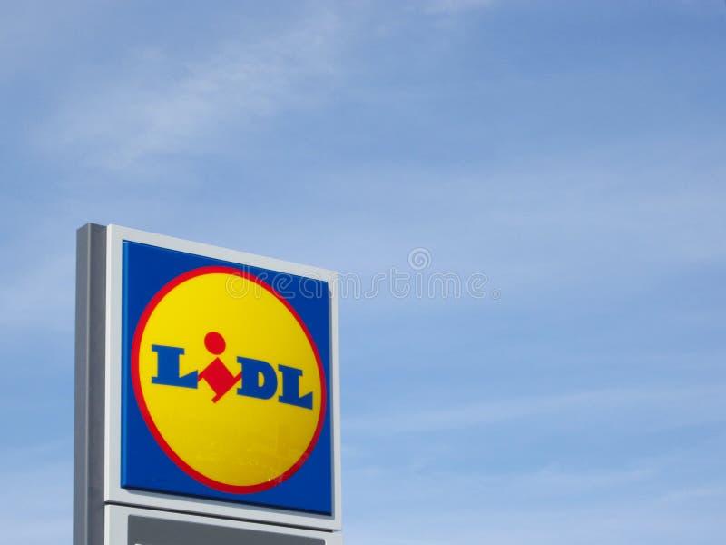 Logo di Lidl contro cielo blu su un supermercato fotografia stock libera da diritti