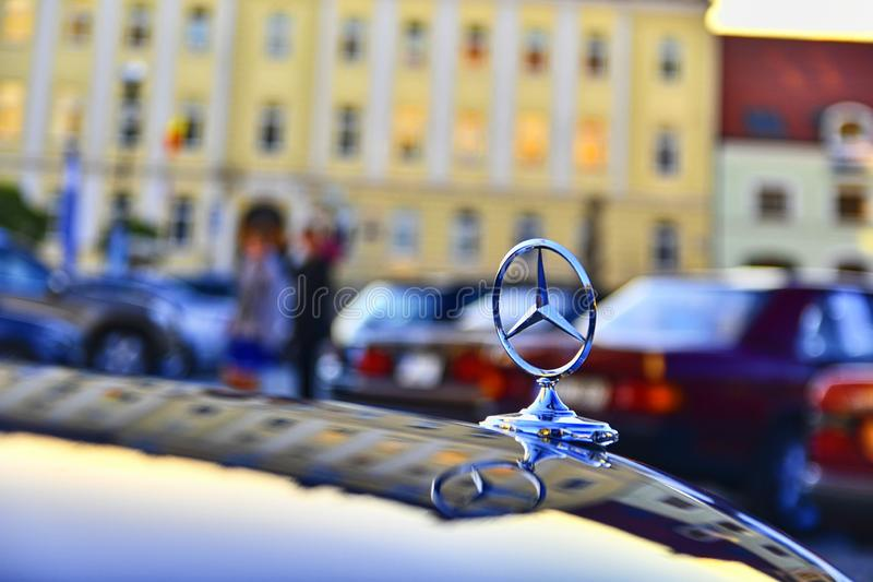 Logo di Mercedes Benz su un'automobile d'annata Mercedes-Benz è un costruttore di macchine tedesco La marca è usata per lusso immagini stock libere da diritti