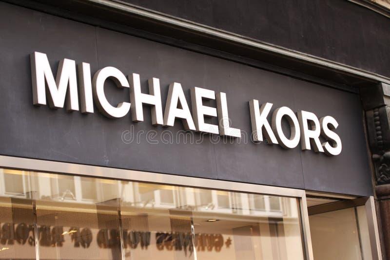 Logo di Michael Kors ad un deposito Michael Kors Holdings Limited è una società americana di modo fotografia stock