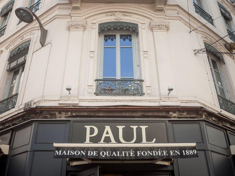 Logo di Paul davanti al loro forno locale a Lione del centro Paul Boulangeries è una catena francese dei forni e dei caffè fotografie stock libere da diritti