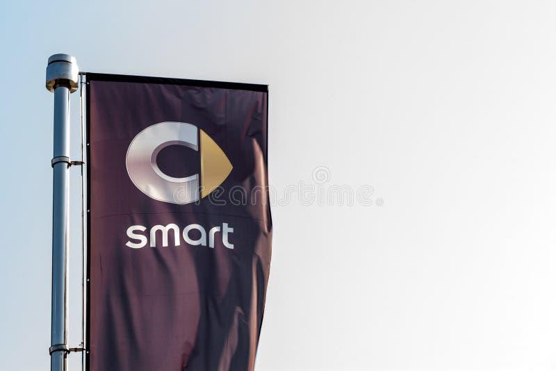 Logo di Smart su una bandiera davanti alla sua gestione commerciale per Belgrado La parte di Daimler Benz Group, Smart è una marc immagini stock