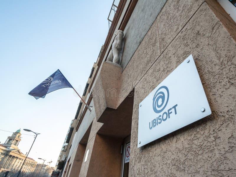Logo di Ubisoft davanti alle loro sedi locali Lo spettacolo di Ubisoft è una società di sviluppo del video gioco dalla Francia fotografia stock
