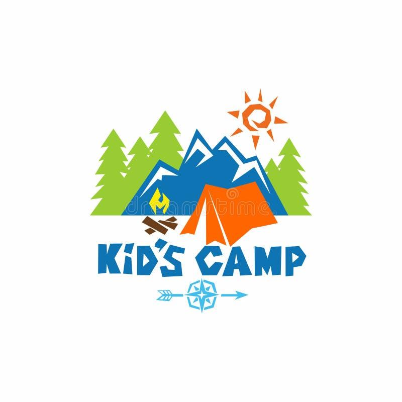Logo dzieciaka ` s obóz Góry, kompas, namiot, ogień i drzewa, royalty ilustracja