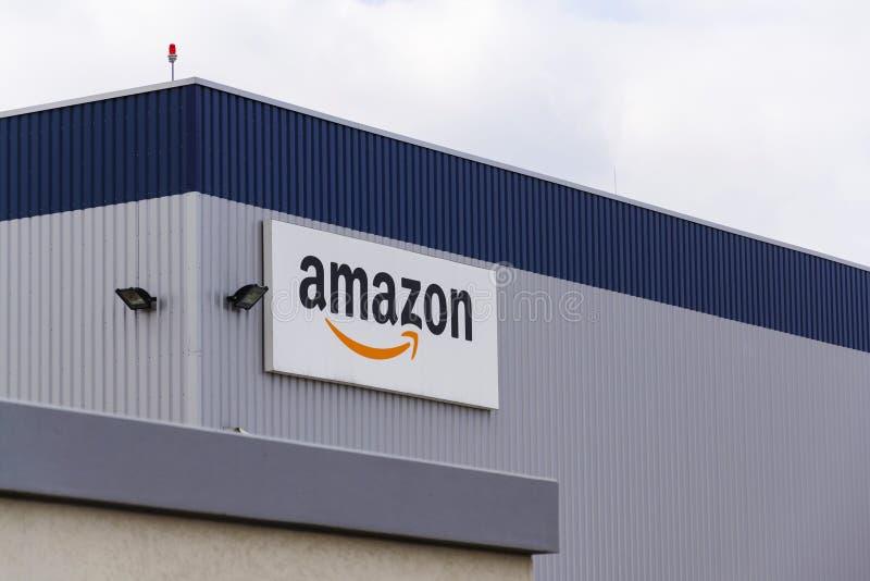 Logo elektronischen Geschäftsverkehrs Amazonas Firmenauf der Logistik, die am 12. März 2017 in Dobroviz, Tschechische Republik er lizenzfreie stockbilder