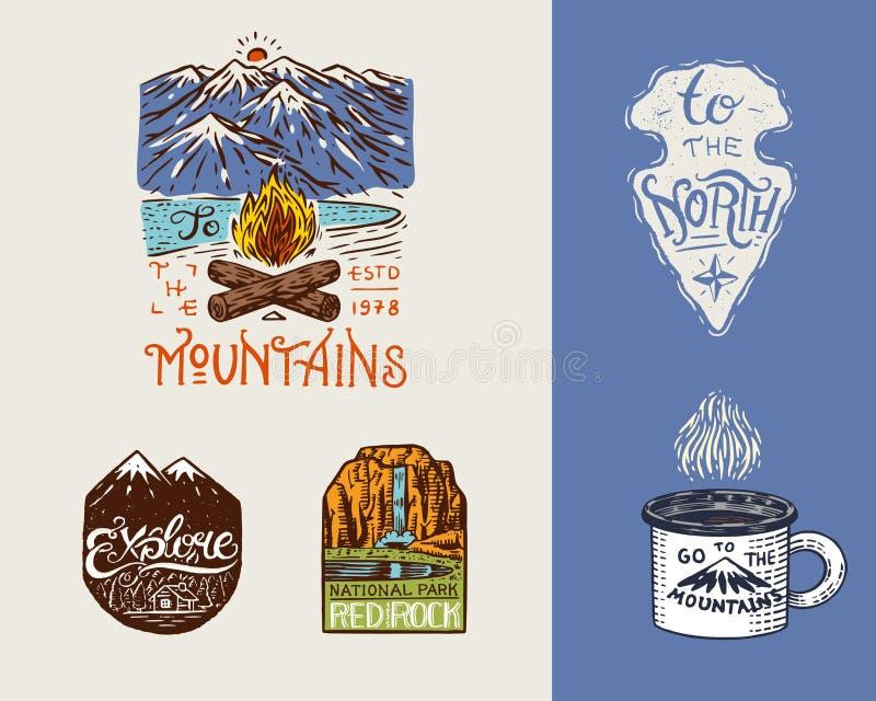 Logo et labels campants Montagnes et pins Le voyage dans la forêt, extérieure, aventure attend Insignes colorés dessus illustration libre de droits