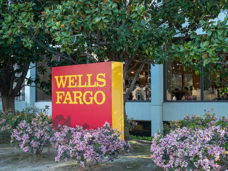 Logo et signe de Wells Fargo en dehors d'un emplacement de branche photographie stock libre de droits