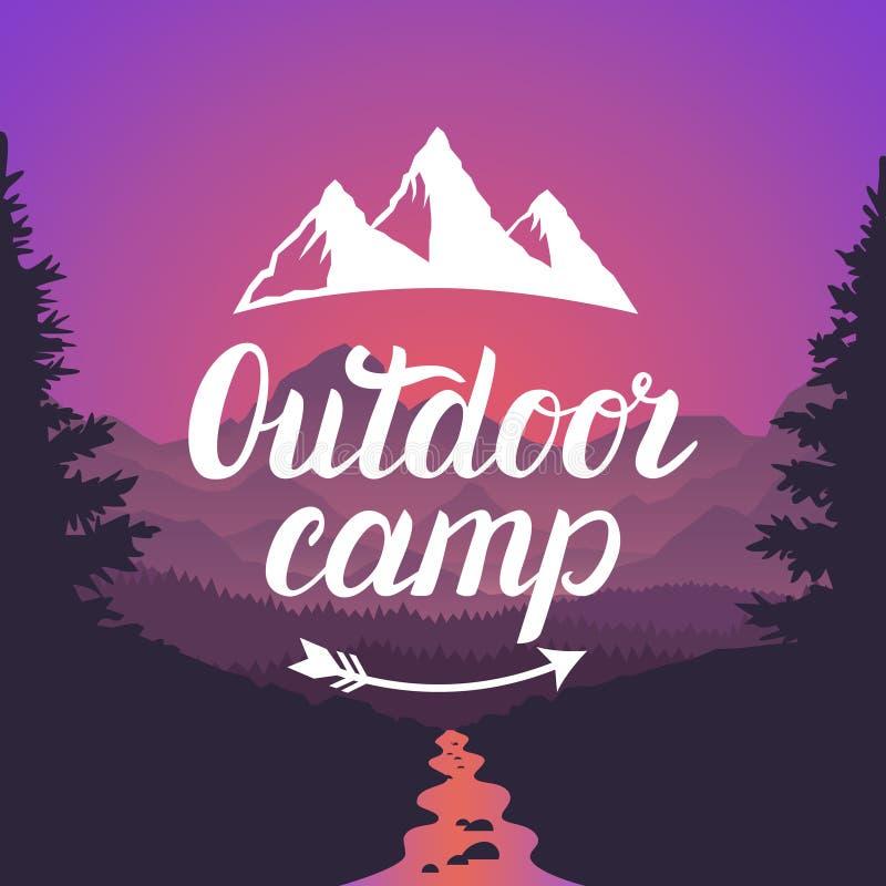 Logo extérieur de camp Emblème extérieur de camp Typographie de lettrage de conception sur le fond de paysage de montagne illustration de vecteur