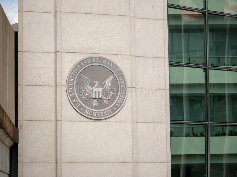 Logo för sekund för Förenta staternasäkerhets- och utbyteskommission på ingången av DC-byggnad nära H-gatan royaltyfria bilder