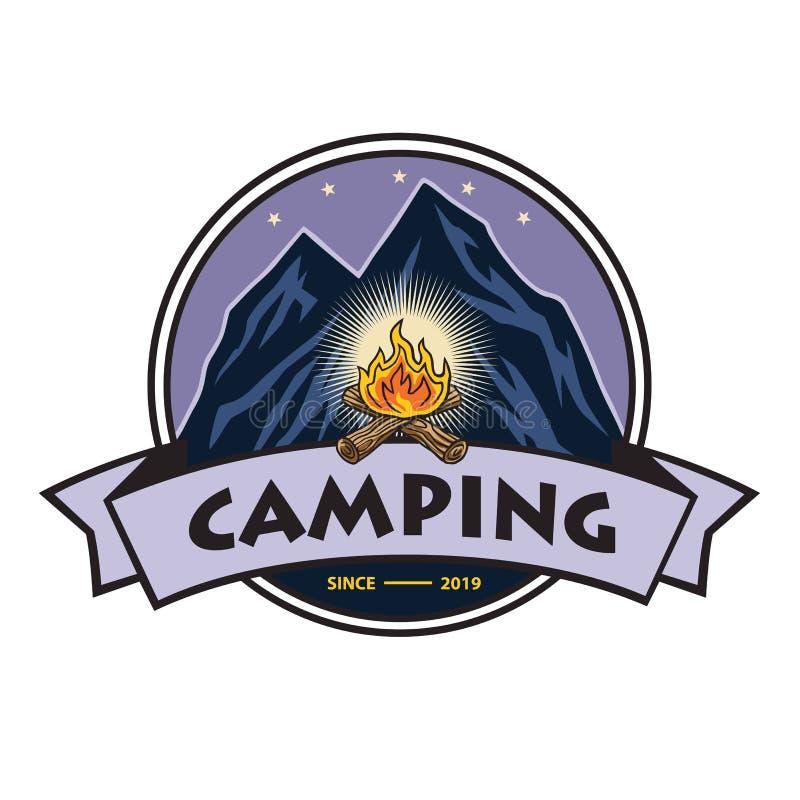 Logo f?r Bergabenteuer-Lagerfeuer, kampierend, kletternde Expedition Weinlese-Vektor-Logo und Aufkleber, Ikonen-Schablonen-Entwur vektor abbildung