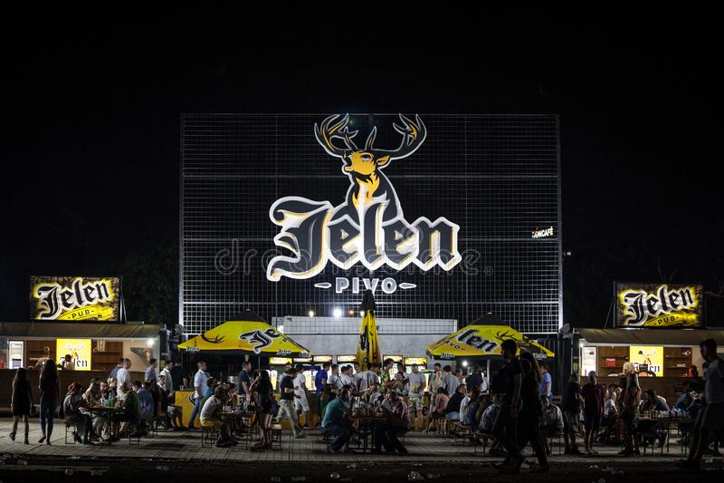 Logo gigante della birra di Jelen Pivo su una barra all'aperto di estate Jelen Pivo è una birra chiara leggera serba, il più gran immagini stock libere da diritti