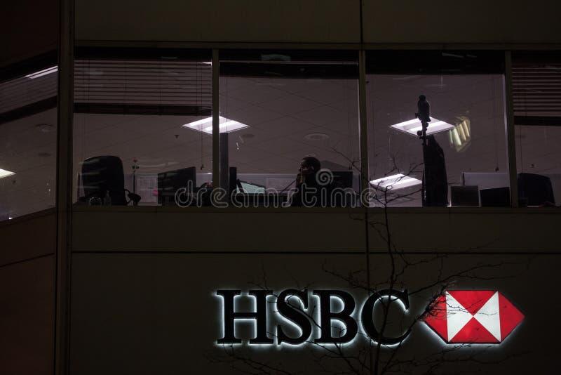 Logo HSBC bank na ich głównej gałąź w Montreal przy nocą, HSBC jest brytyjskim bankiem rozprzestrzeniającym na całym świecie zdjęcie royalty free