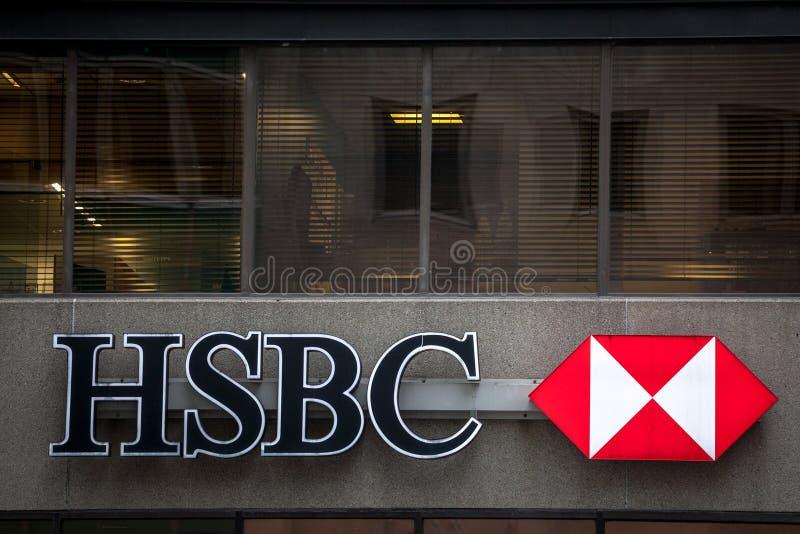 Logo HSBC bank na ich głównej gałąź w Montreal z samochodami przechodzi obok, fotografia royalty free