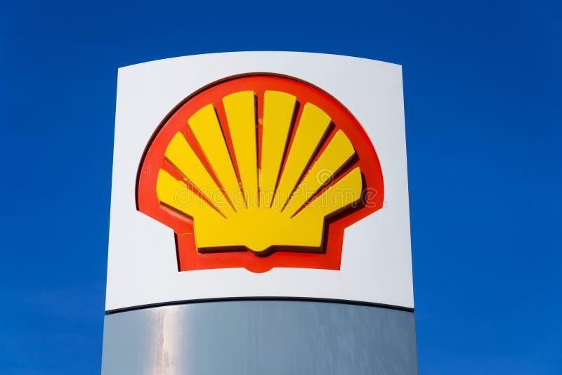 Logo international de compagnie de pétrole et de gaz de Royal Dutch Shell sur la station de carburant images libres de droits