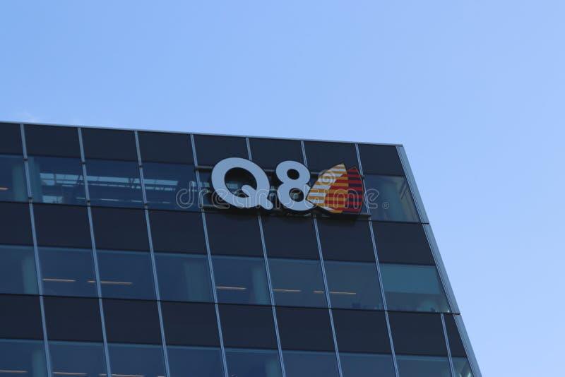 Logo kompania paliwowa Q8 przy budynkiem biurowym w Hague holandie obraz royalty free
