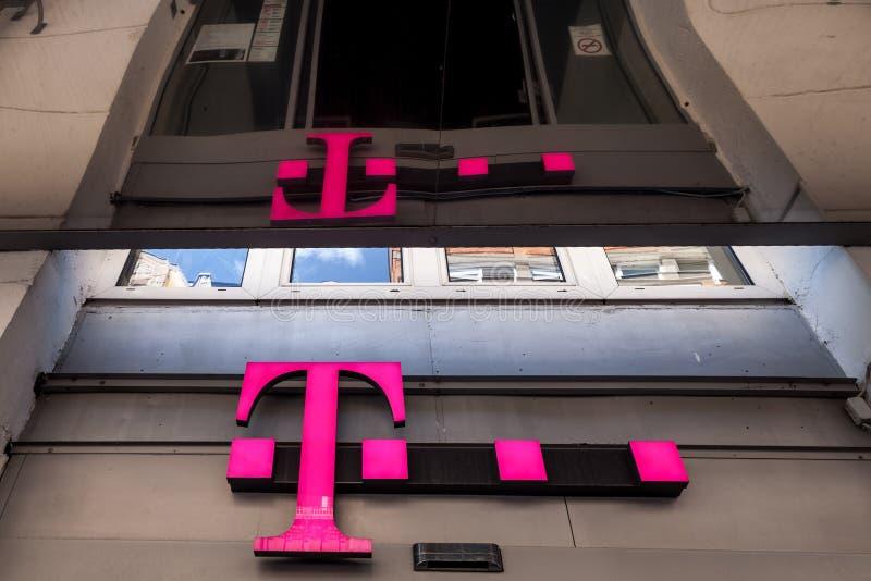 Logo mobile di T sul loro negozio principale in Seghedino T-Mobile, è uno dell'operatore di rete mobile principale in Ungheria immagini stock