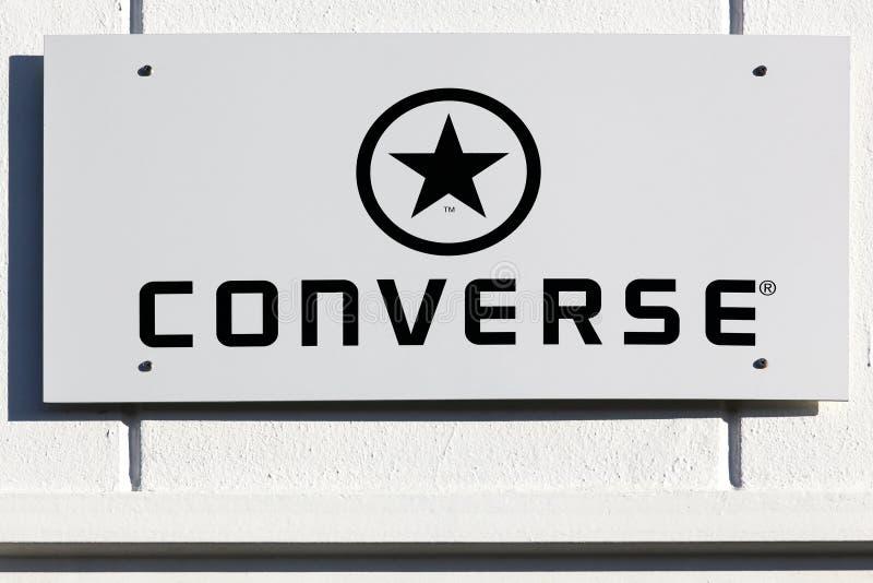 Logo opposto su una parete fotografia stock