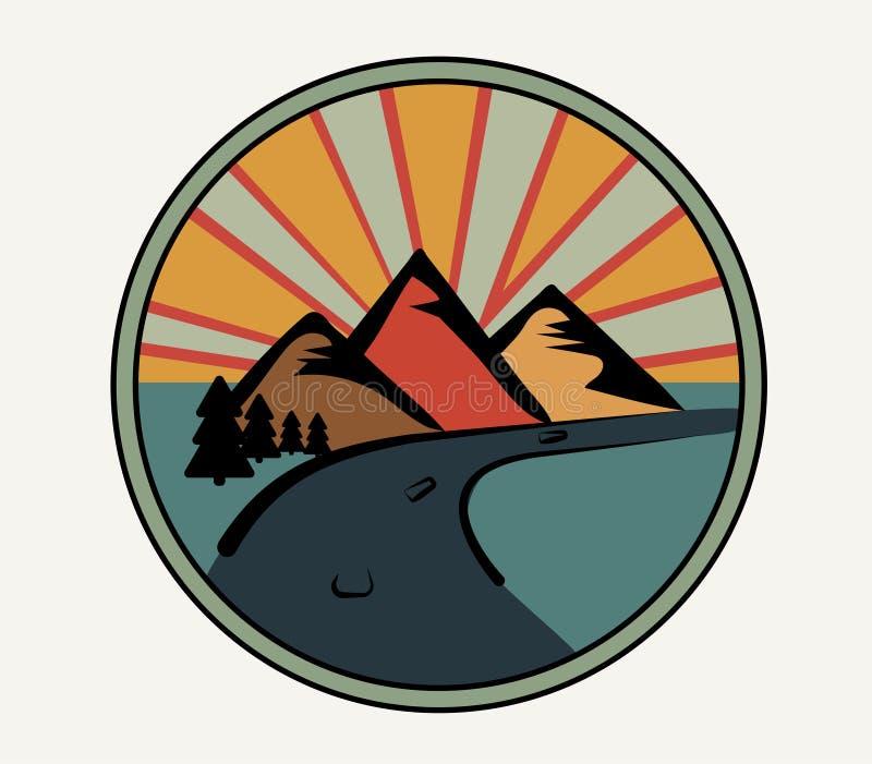 Logo rond dans le rétro style Montagnes, forêt et route sur le fond du coucher du soleil Emblème de club ou paysage de touristes  illustration stock