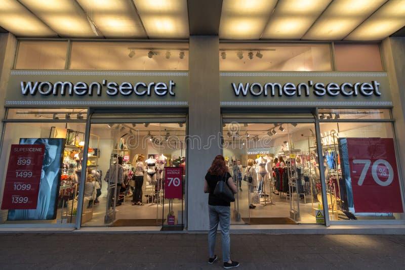 Logo secret de femmes sur leur magasin principal à Belgrade Le secret de femmes est une marque espagnole de vente au détail de vê photographie stock