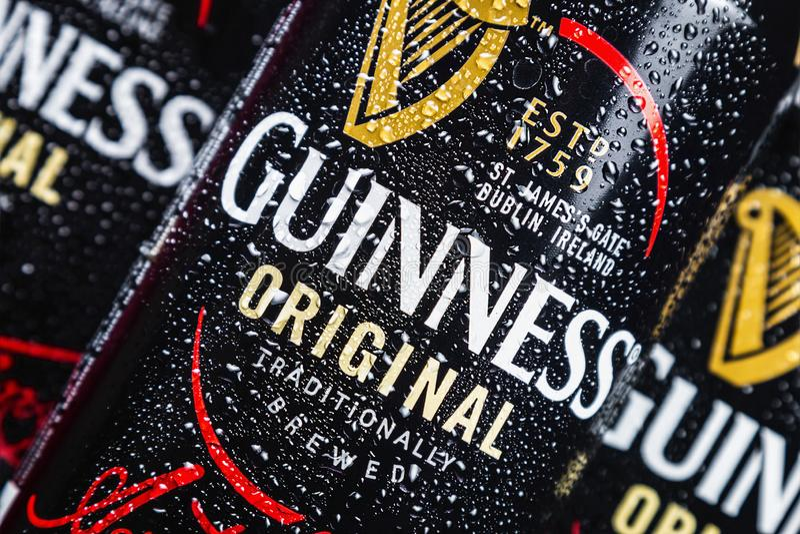 logo sulle latte di alluminio della birra di Guinness immagini stock libere da diritti