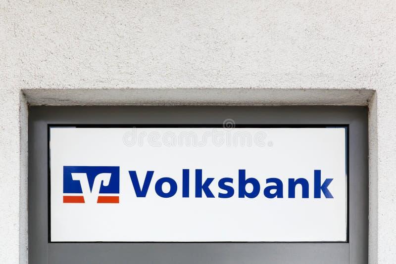 Logo sur un mur de la coopérative de crédit allemande Volksbank et Raiffeisenbank en Allemagne photos libres de droits