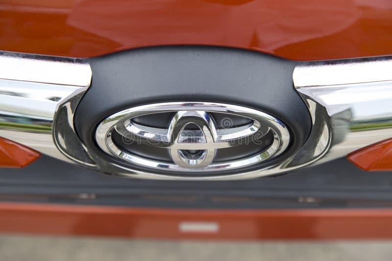 Logo Toyota na samochodowym przodzie, brać wśród próbnej przejażdżki obraz royalty free