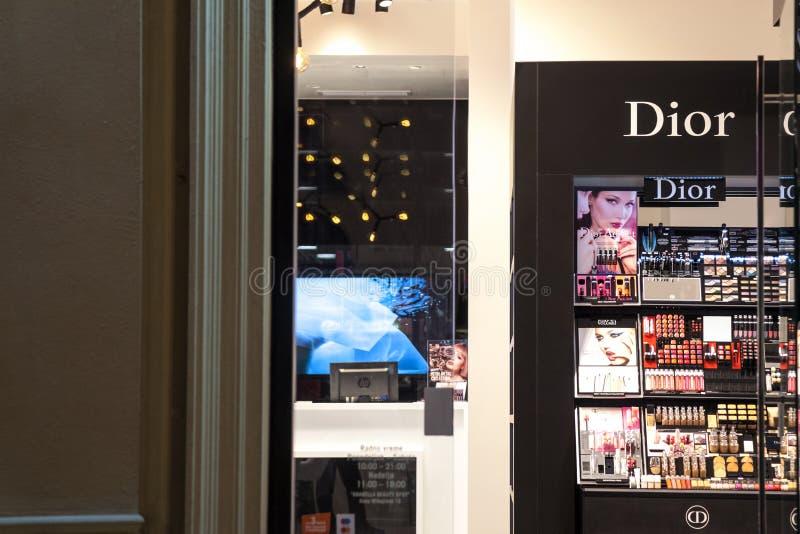 Logo von Dior gesehen in ihrem Belgrad-Hauptspeicher nachts Christian Dior oder CD, ist eine Europäerluxuswarenfirma lizenzfreies stockfoto
