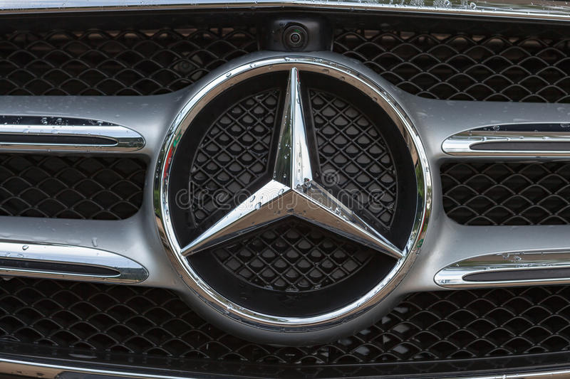 Logo von Mercedes-Benz stockfotos